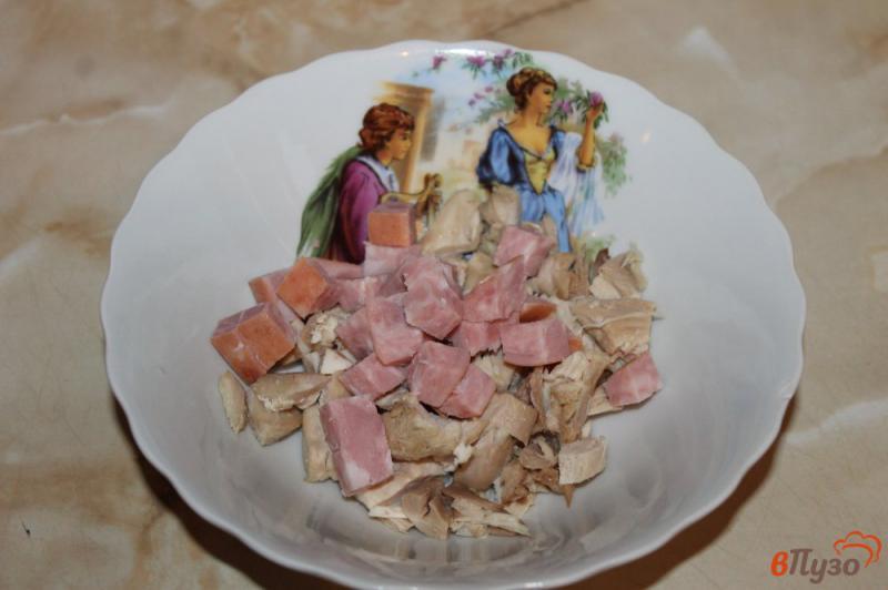 Фото приготовление рецепта: Салат с курицей, ветчиной и кукурузой шаг №2