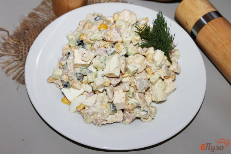 Фото приготовление рецепта: Салат с курицей, ветчиной и кукурузой шаг №8