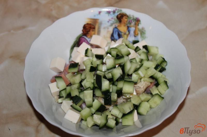 Фото приготовление рецепта: Салат с курицей, ветчиной и кукурузой шаг №4