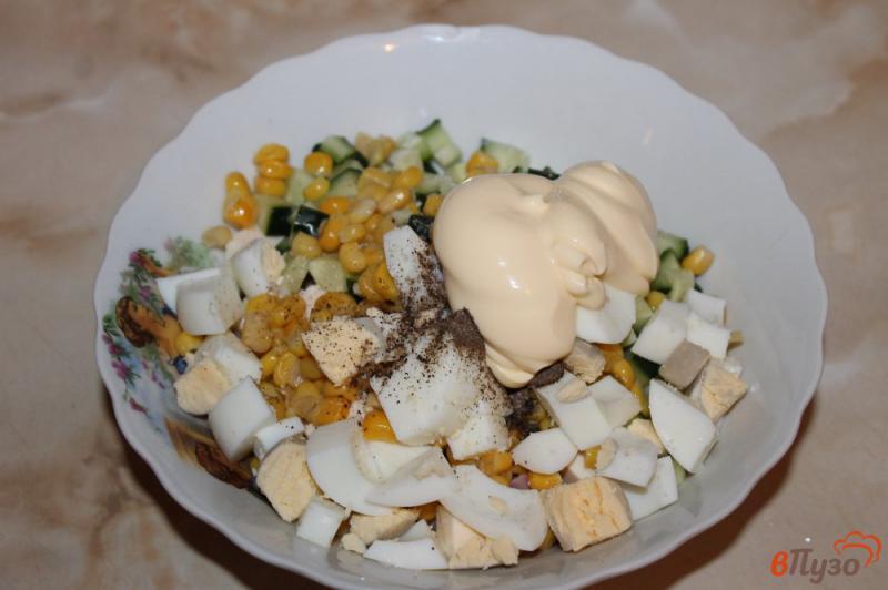 Фото приготовление рецепта: Салат с курицей, ветчиной и кукурузой шаг №7