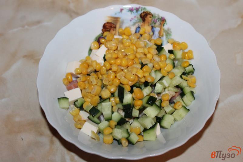 Фото приготовление рецепта: Салат с курицей, ветчиной и кукурузой шаг №5