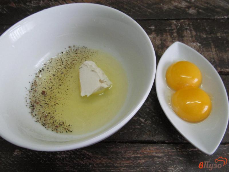 Фото приготовление рецепта: Яичница с сыром и солеными огурцами шаг №2