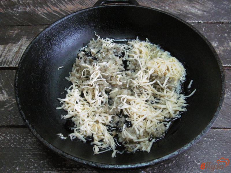 Фото приготовление рецепта: Яичница с сыром и солеными огурцами шаг №4