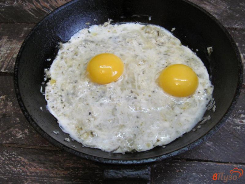 Фото приготовление рецепта: Яичница с сыром и солеными огурцами шаг №6