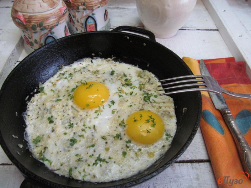 Фото приготовление рецепта: Яичница с сыром и солеными огурцами шаг №7