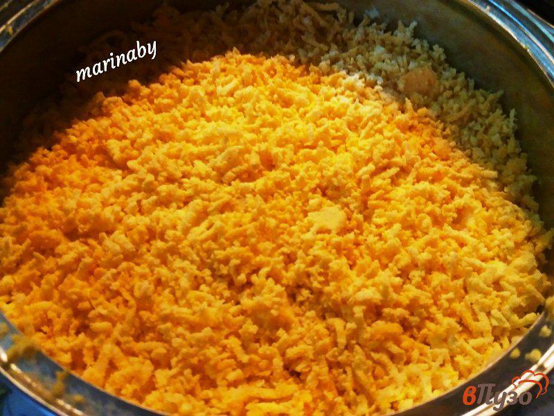 Фото приготовление рецепта: Слоеный салат «Бунито» с курицей и корейской морковью шаг №4