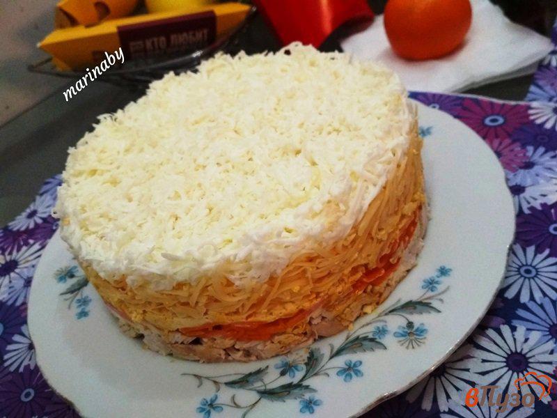 Фото приготовление рецепта: Слоеный салат «Бунито» с курицей и корейской морковью шаг №7