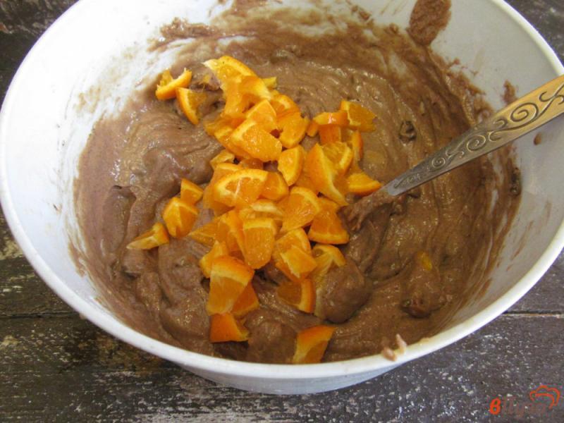 Фото приготовление рецепта: Шоколадный пирог с мандарином и сухофруктами шаг №8