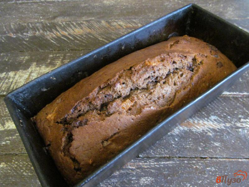 Фото приготовление рецепта: Шоколадный пирог с мандарином и сухофруктами шаг №10