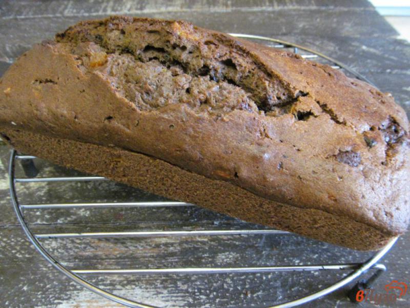 Фото приготовление рецепта: Шоколадный пирог с мандарином и сухофруктами шаг №11