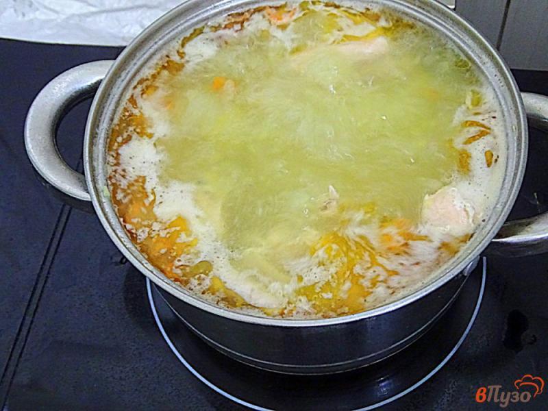 Фото приготовление рецепта: Суп с лососем и рисом шаг №5