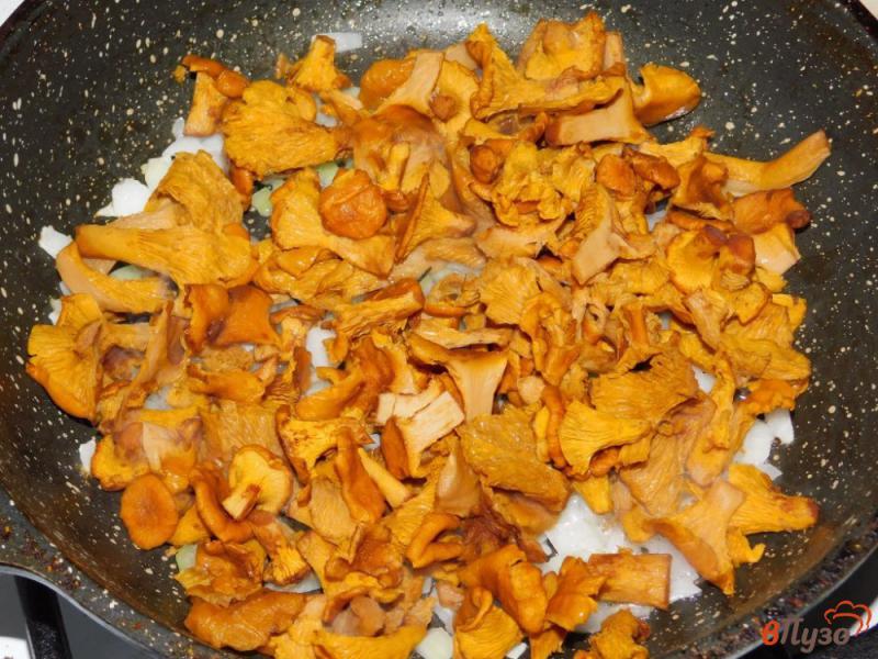 Фото приготовление рецепта: Лисички, жареные с картофелем шаг №3