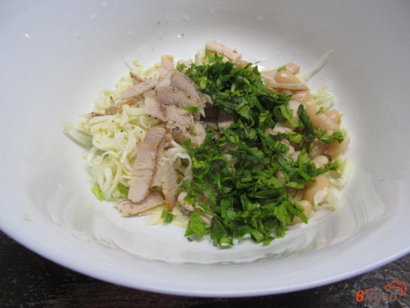 Фото приготовление рецепта: Салат с капустой фасолью и индейкой шаг №4