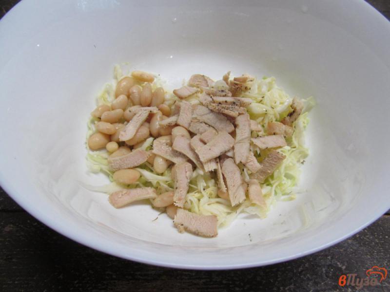 Фото приготовление рецепта: Салат с капустой фасолью и индейкой шаг №3