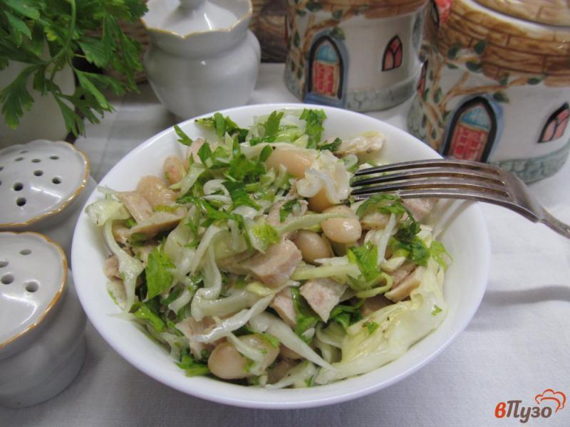 Фото приготовление рецепта: Салат с капустой фасолью и индейкой шаг №5