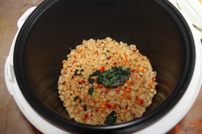 Фото приготовление рецепта: Макароны с овощами и шпинатом в мультиварке шаг №3