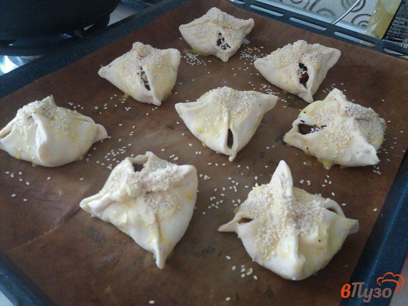Фото приготовление рецепта: Конвертики из слоеного теста с курицей и сулугуни шаг №8