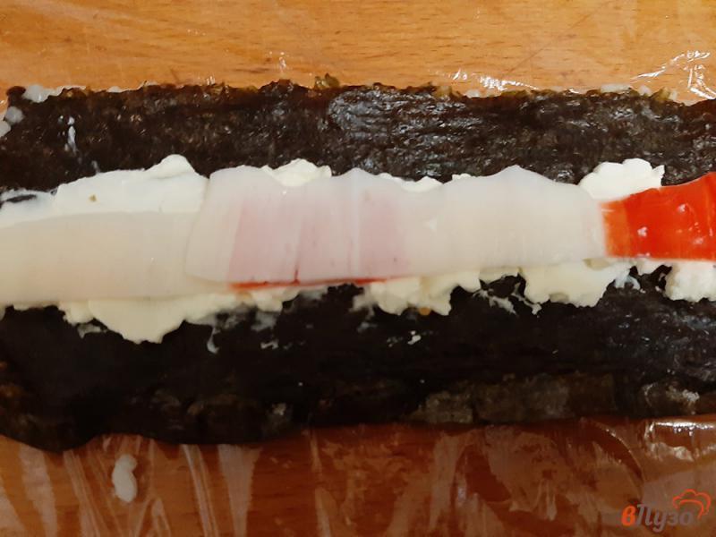 Фото приготовление рецепта: Роллы с крабовыми палочками и сыром филадельфия шаг №4