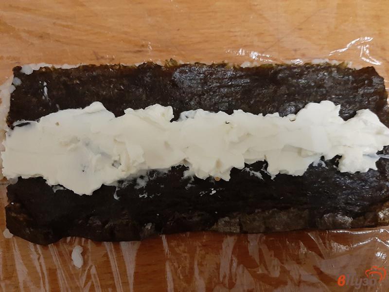 Фото приготовление рецепта: Роллы с крабовыми палочками и сыром филадельфия шаг №3