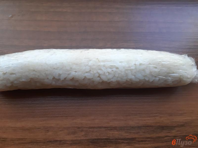 Фото приготовление рецепта: Роллы с крабовыми палочками и сыром филадельфия шаг №5