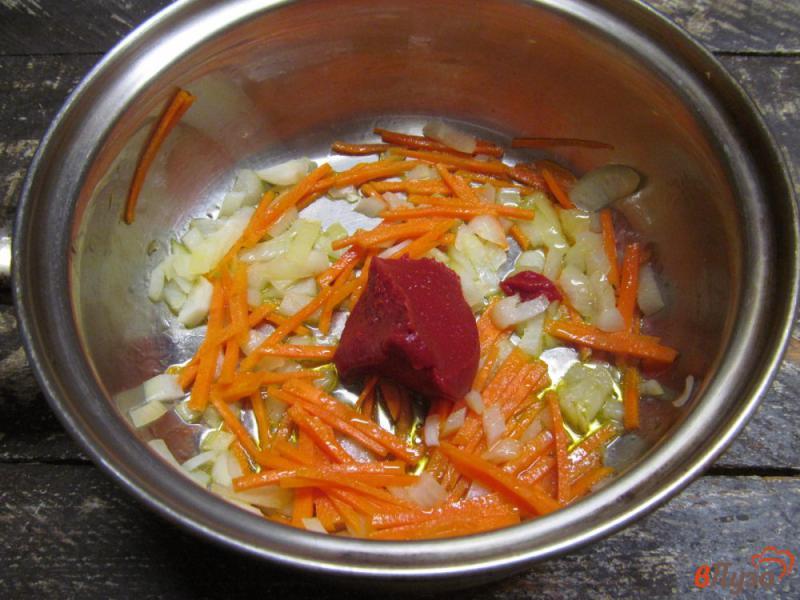 Фото приготовление рецепта: Капустный суп с чечевицей с куриным потрохами шаг №4