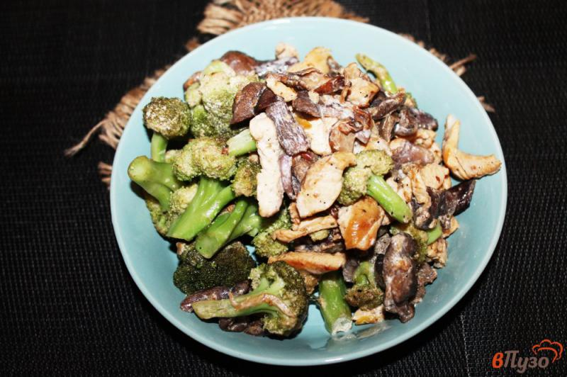 Фото приготовление рецепта: Брокколи с грибами и курицей в сливках шаг №7