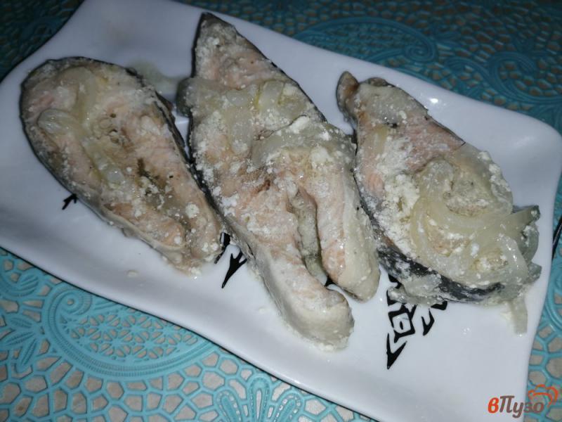 Фото приготовление рецепта: Горбуша тушеная с луком в сметане шаг №6