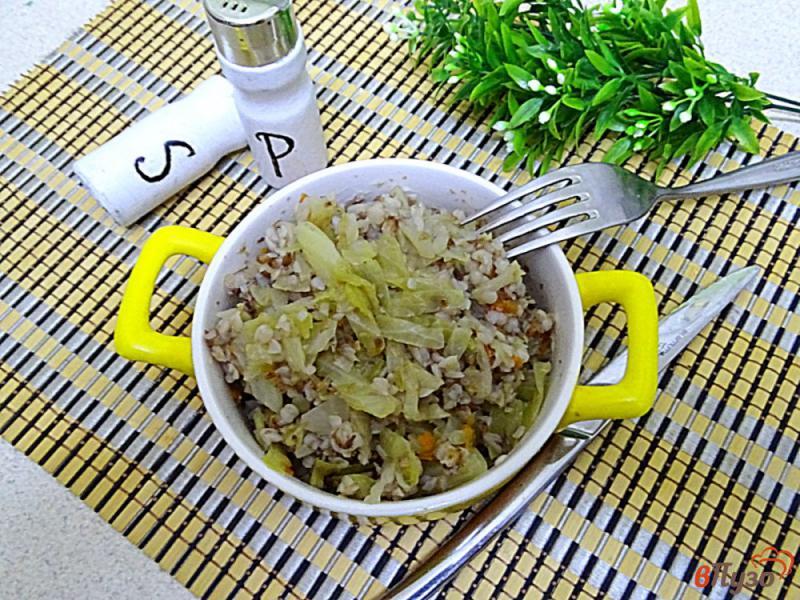 Фото приготовление рецепта: Гречка с капустой диетическая шаг №10
