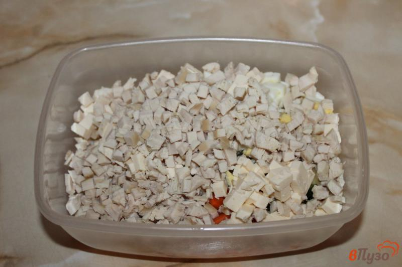Фото приготовление рецепта: Салат с курицей и плавленым сыром шаг №4