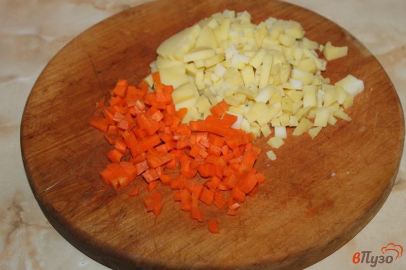 Фото приготовление рецепта: Салат с курицей и плавленым сыром шаг №1