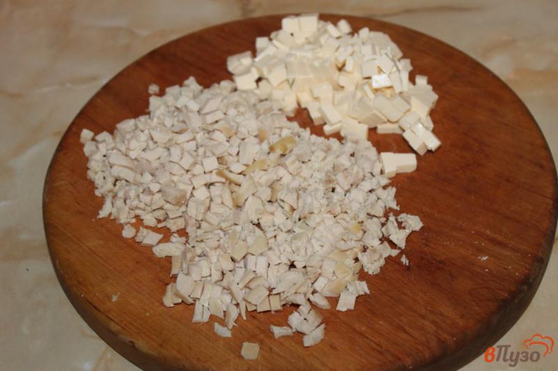 Фото приготовление рецепта: Салат с курицей и плавленым сыром шаг №3