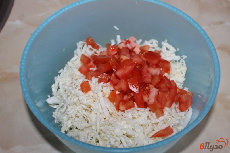 Фото приготовление рецепта: Салат из пекинской капусты с ветчиной, помидорами и луком шаг №2