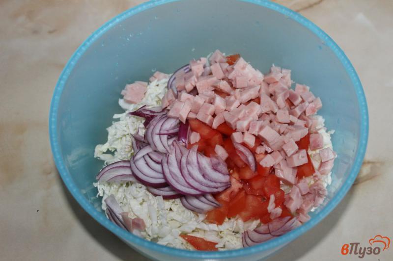 Фото приготовление рецепта: Салат из пекинской капусты с ветчиной, помидорами и луком шаг №3