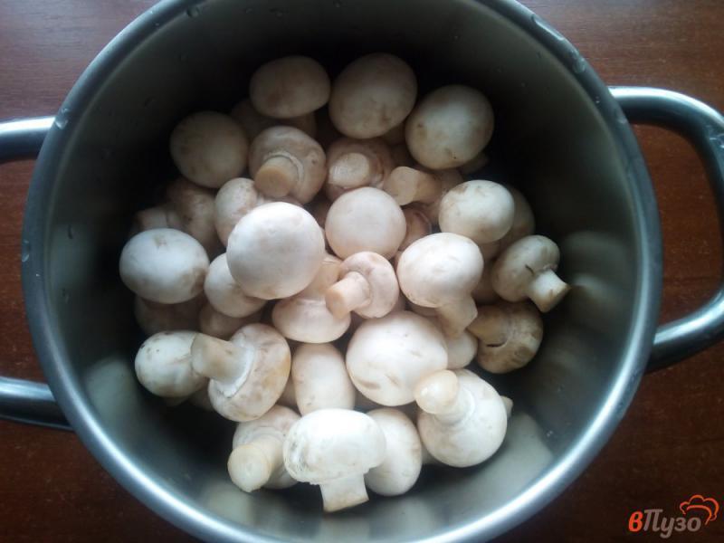 Фото приготовление рецепта: Шампиньоны маринованные с морковью и луком шаг №1