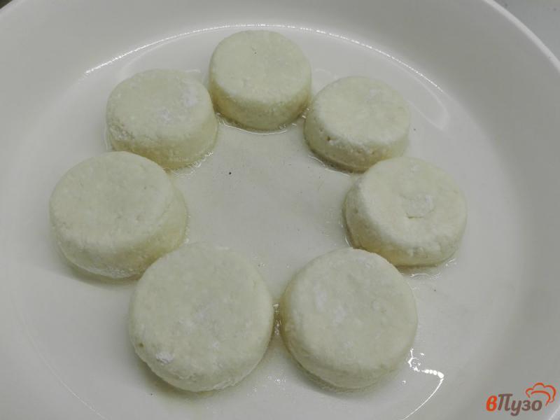 Фото приготовление рецепта: Сырники с манкой и сметаной шаг №7