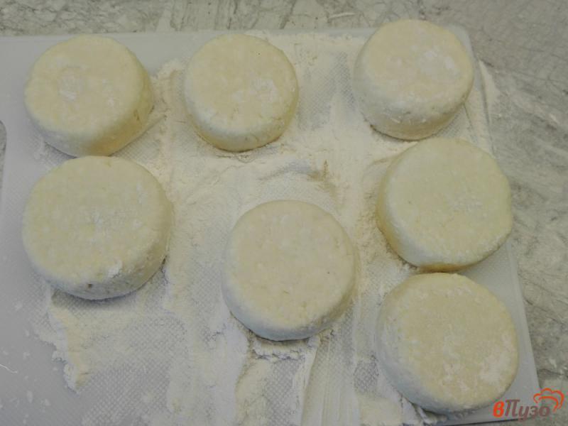 Фото приготовление рецепта: Сырники с манкой и сметаной шаг №6