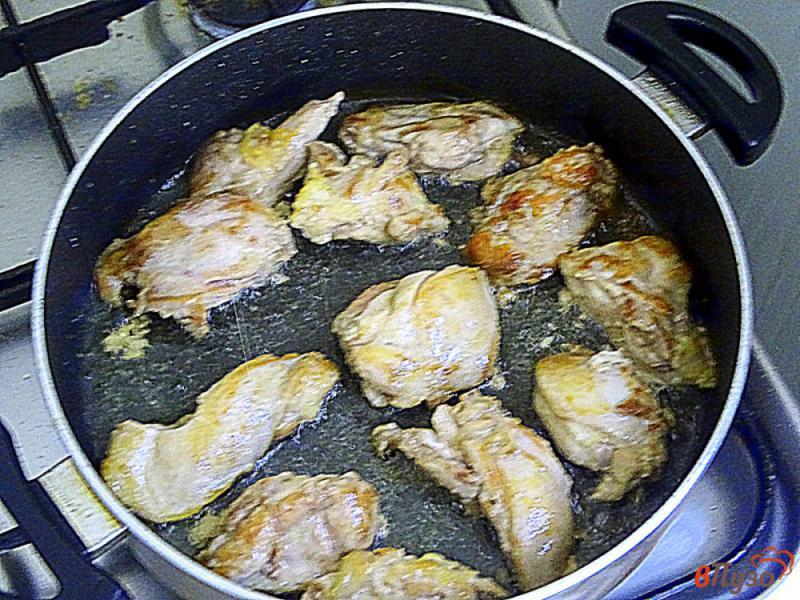 Фото приготовление рецепта: Филе куриных бёдрышек в сливочном соусе шаг №5