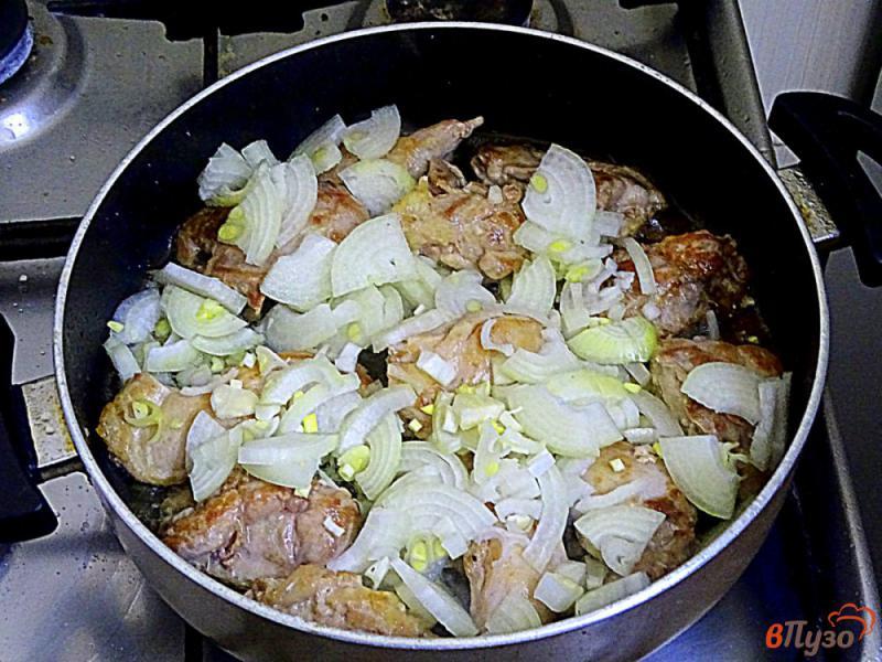 Фото приготовление рецепта: Филе куриных бёдрышек в сливочном соусе шаг №6
