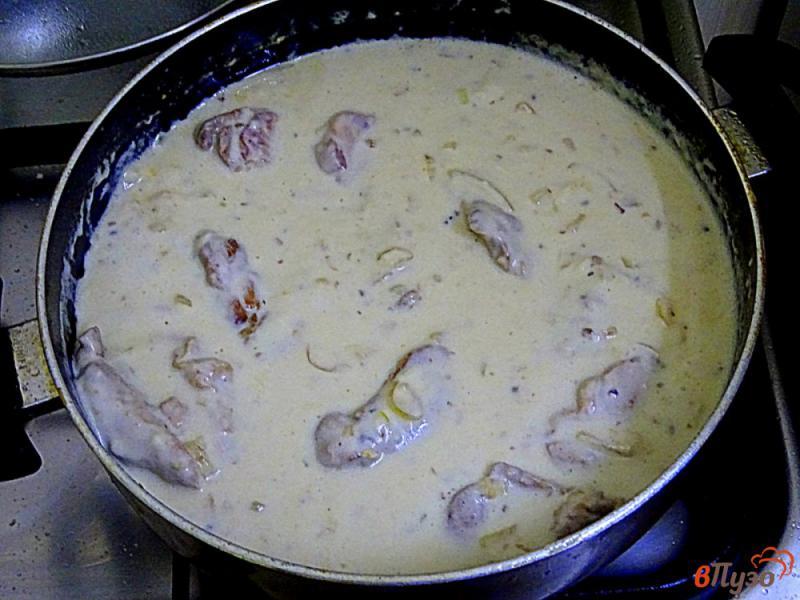 Фото приготовление рецепта: Филе куриных бёдрышек в сливочном соусе шаг №9