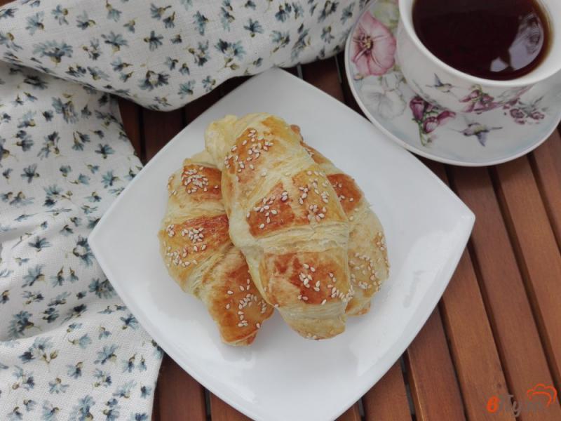 Фото приготовление рецепта: Круассаны с сыром и кунжутом шаг №7