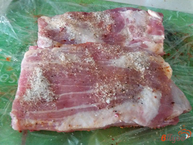 Фото приготовление рецепта: Запеченные свиные ребрышки в фольге шаг №3
