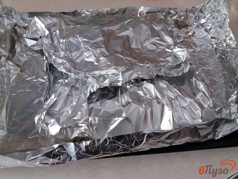 Фото приготовление рецепта: Запеченные свиные ребрышки в фольге шаг №8