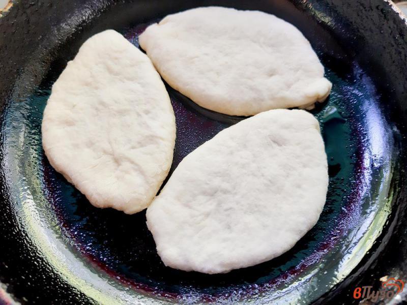 Фото приготовление рецепта: Пирожки на кислом молоке со сливами и яблоками шаг №9