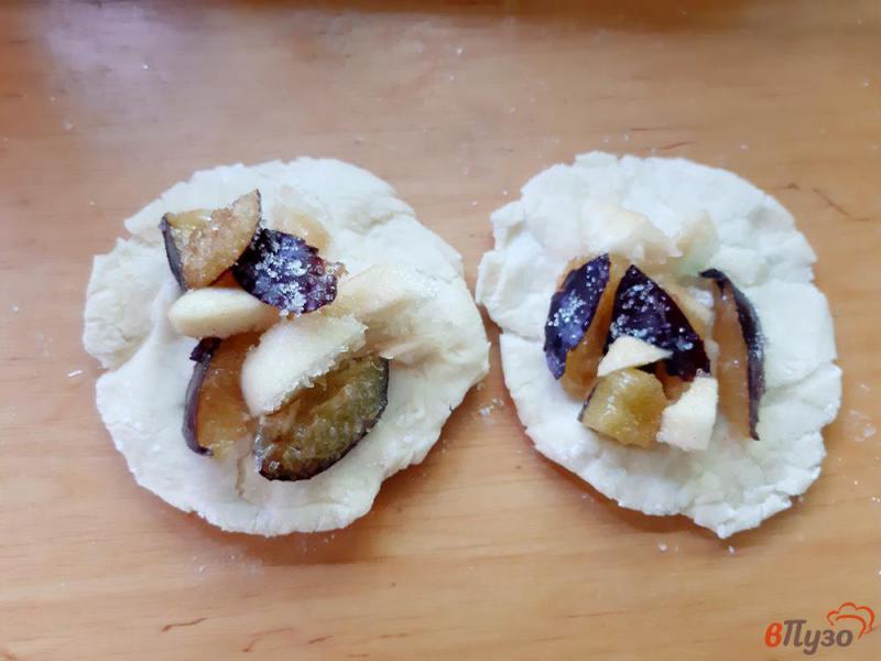 Фото приготовление рецепта: Пирожки на кислом молоке со сливами и яблоками шаг №7