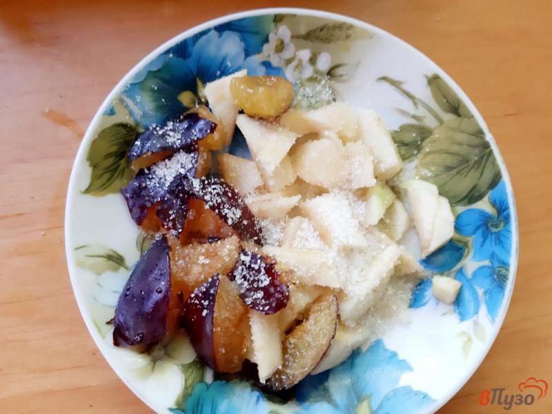 Фото приготовление рецепта: Пирожки на кислом молоке со сливами и яблоками шаг №6