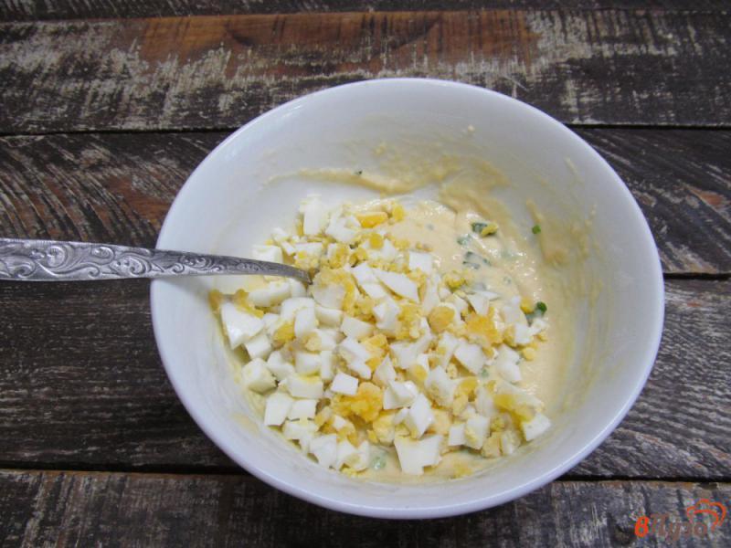 Фото приготовление рецепта: Ленивые пирожки с яйцом и зеленым луком шаг №4