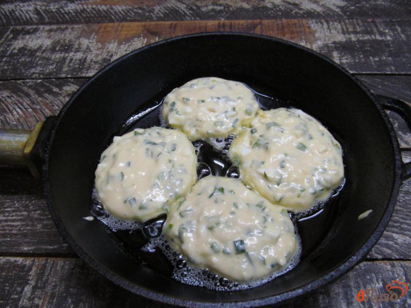 Фото приготовление рецепта: Ленивые пирожки с яйцом и зеленым луком шаг №6