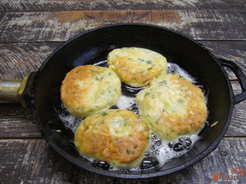 Фото приготовление рецепта: Ленивые пирожки с яйцом и зеленым луком шаг №7