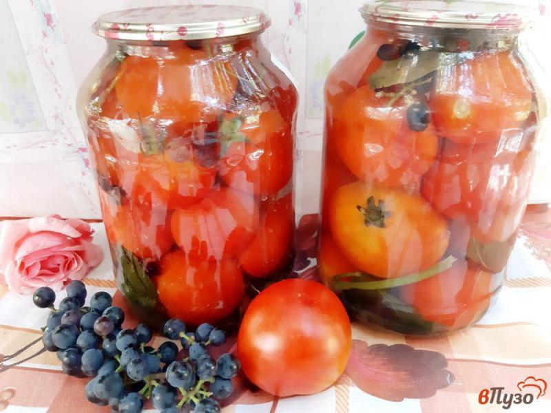 Фото приготовление рецепта: Помидоры консервированные с виноградом на зиму шаг №7