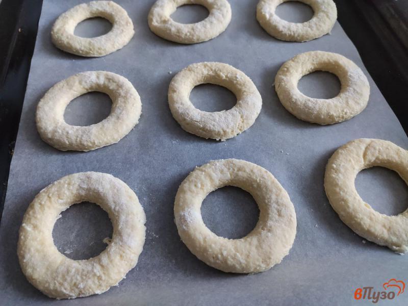 Фото приготовление рецепта: Творожные кольца с кунжутом шаг №5